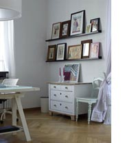Picture ledges picture shelves and picture rails - Ikea tableau decoration ...